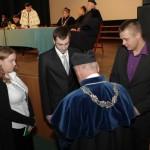 Dziekan Wydziału Zarządzania dr Gustaw Mikielewicz wręcza indeksy studentom logistyki