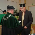 Pierwszy w dziejach Skierniewic dyplom magistra ogrodnictwa - wręcza Dziekan J. Bąkowski
